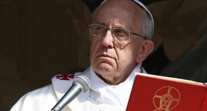 Papa Francesco dopo l'attentato di Parigi